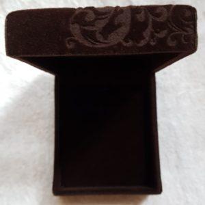 Geschenkdoos bruin fluweel, afgewerkt met fraai motief
